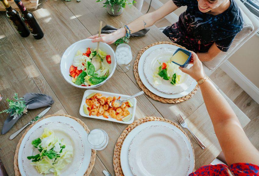prato principal e filho na mesa