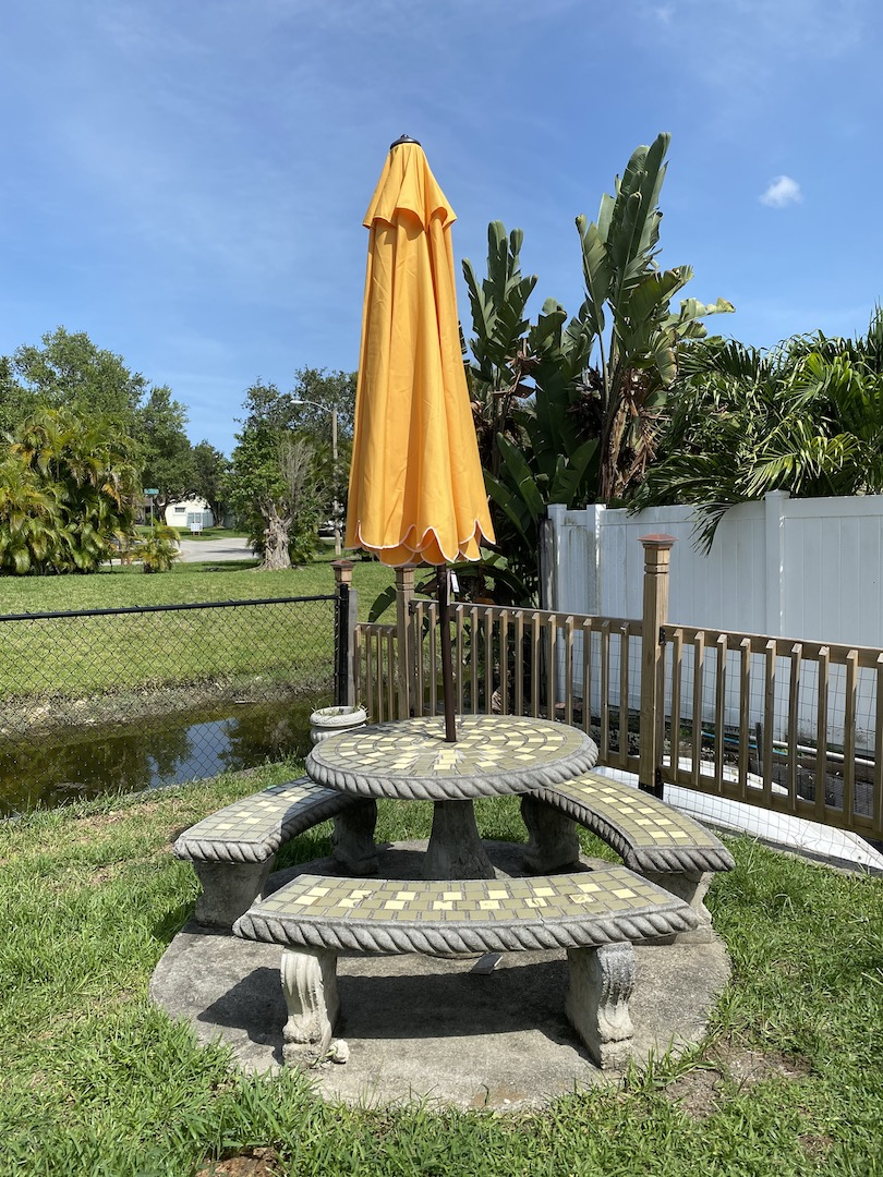 mesa com guarda-sol fechado